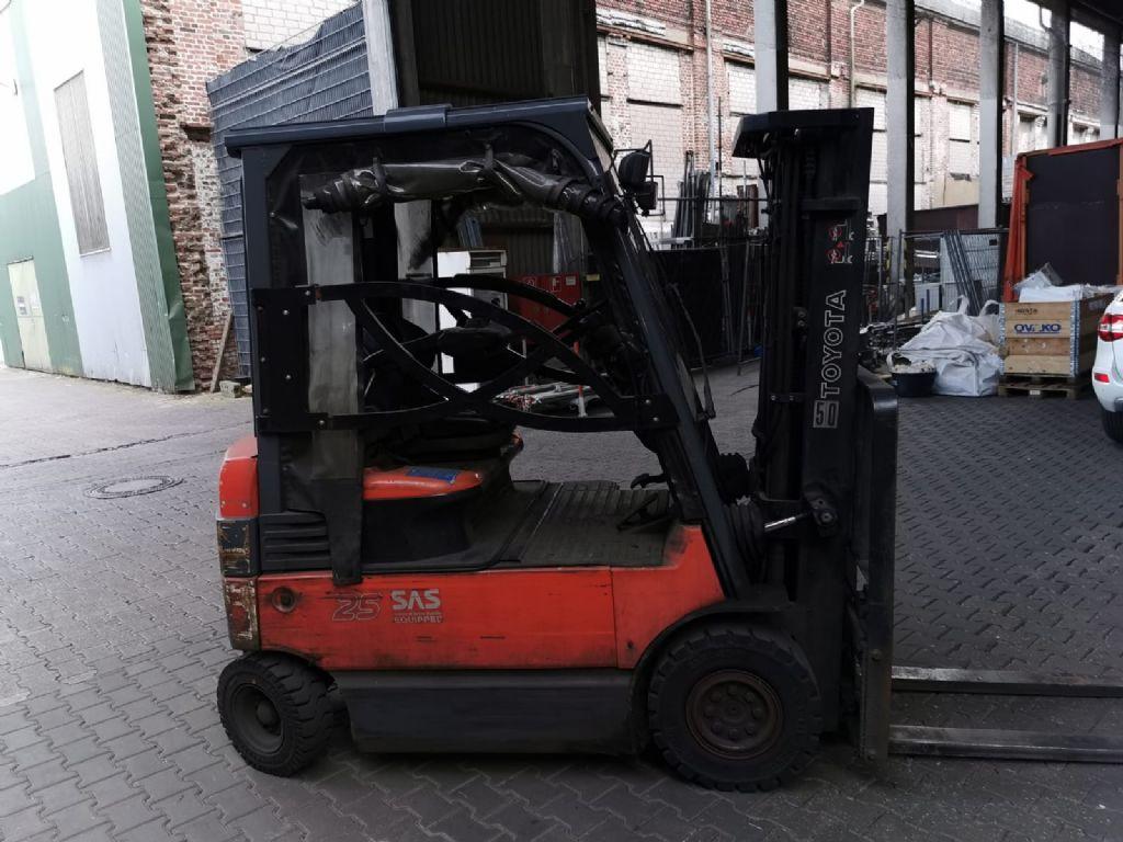 Toyota 7FBMF25 // Seitenschieber / Containerfähig / HH 4.700 mm / FH 900 mm / Triplex